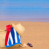 Tomar el sol los accesorios en la orilla de mar Imagen de archivo