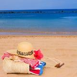 Tomar el sol los accesorios en la playa Fotos de archivo libres de regalías