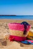Tomar el sol los accesorios en la playa arenosa Fotos de archivo libres de regalías