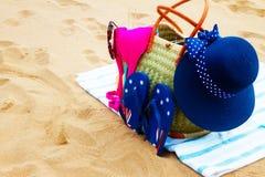 Tomar el sol los accesorios en la playa arenosa Imágenes de archivo libres de regalías