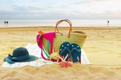 Tomar el sol los accesorios en la playa arenosa Fotos de archivo