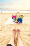 Tomar el sol los accesorios en la playa arenosa Imagenes de archivo