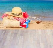 Tomar el sol los accesorios por la playa Fotografía de archivo