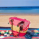 Tomar el sol los accesorios por la playa Fotos de archivo libres de regalías