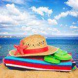 Tomar el sol los accesorios y el sombrero de paja Imagenes de archivo
