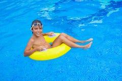 Tomar el sunbath en la piscina Fotos de archivo libres de regalías