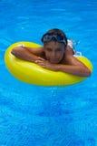 Tomar el sunbath en la piscina Foto de archivo libre de regalías
