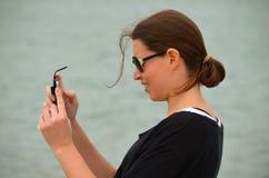 Tomar imágenes con el teléfono celular Fotos de archivo