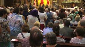Tomar la comunión en la basílica de la iglesia de Merced del la almacen de video