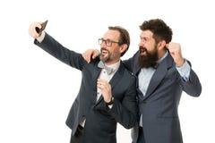 Tomar la foto con el ?dolo del negocio Hombres de negocios del concepto Trajes formales de los individuos barbudos de los hombres imagenes de archivo
