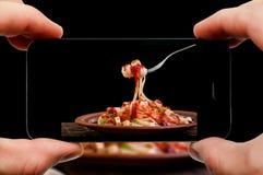 Tomar la foto de las pastas por smartphone Opinión del primer del proceso El fichero contiene las trayectorias de recortes para e Fotos de archivo libres de regalías