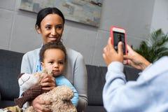Tomar la foto de la madre y del hijo Imagen de archivo libre de regalías