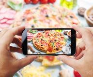 Tomar la foto de la pizza por smartphone Fotografía de archivo libre de regalías