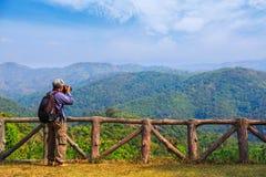 Tomar la foto del paisaje de la naturaleza fotos de archivo