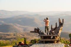 Tomar la foto del paisaje en la posición ventajosa imagenes de archivo