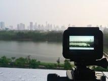 Tomar la foto del parque y del paisaje urbano Fotografía de archivo libre de regalías