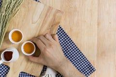 Tomar la taza de té en el fondo de madera de la textura Imagenes de archivo