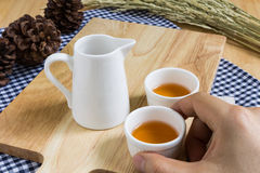 Tomar la taza de té en el fondo de madera de la textura Fotografía de archivo