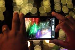 Tomar las fotos con el teléfono móvil en la noche Fotos de archivo libres de regalías