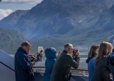 Tomar las fotos del Glacier Bay imagen de archivo libre de regalías