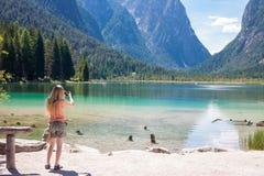 Tomar las fotos en el lago Toblach, el Tyrol Fotos de archivo