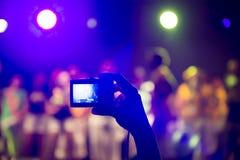 Tomar las fotos en un concierto Imagen de archivo libre de regalías