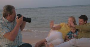 Tomar las fotos a partir de vacaciones almacen de metraje de vídeo