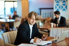 Tomar notas en restaurante foto de archivo