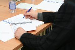 Tomar notas sobre la reunión en la sala de reunión Fotografía de archivo