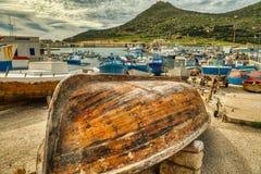 Tomar sol no Sun na jarda do barco de Favignana imagem de stock royalty free