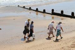 Tomar un paseo en una playa británica Imagen de archivo libre de regalías