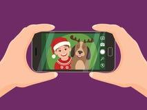 Tomar un retrato de la Navidad con un smartphone Imagenes de archivo