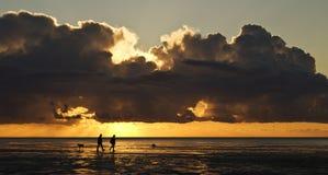 Tomar una caminata en la puesta del sol Imagen de archivo