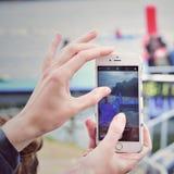 Tomar una foto con un iPhone Fotografía de archivo libre de regalías