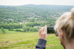 Tomar una foto de un paisaje imágenes de archivo libres de regalías