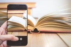 Tomar una foto por el finger que presiona en Smartphone para la fotografía O Imagen de archivo