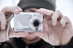 Tomar una foto por las cámaras digitales compactas Imagenes de archivo