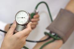 tomar una presión arterial arterial Imágenes de archivo libres de regalías