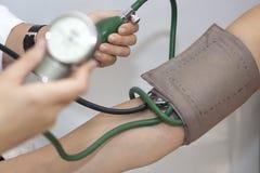 tomar una presión arterial arterial Imagen de archivo libre de regalías