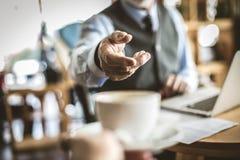 Tomar una rotura con una taza de café Hombre de negocios mayor Fotografía de archivo libre de regalías
