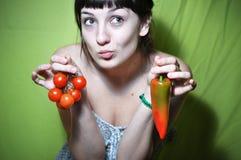 tomat för flickaholdingpeppar Royaltyfri Foto