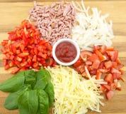tomat för salami för pizza för ostingredienspaprica Arkivbilder