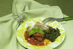 tomat för spenat för meatrullar sås tjänad som Royaltyfria Foton