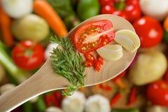 Tomat-, garlick- och chilipeppar på ett trä Arkivbilder