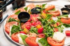 Tomat-, lök- och Mozzarellaostsallad Arkivbilder