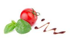 Tomat med basilika och balsamic vinäger Arkivbilder
