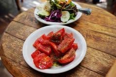 Tomat och grön sallad, angenämt mål royaltyfria foton
