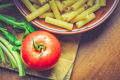 Tomat och okokt makaroni royaltyfri bild