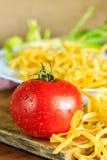 Tomat och okokt pasta royaltyfri bild