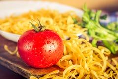 Tomat och okokt pasta royaltyfri fotografi
